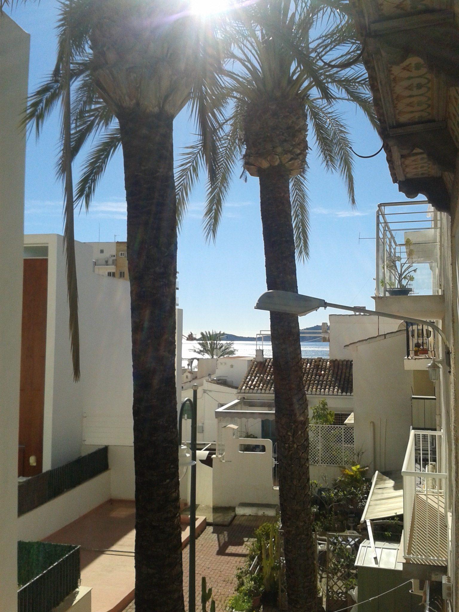 Vista a la mar i al carrer peatonal desde la finestra.albergxabiahostel.com
