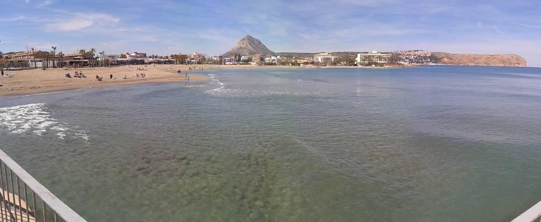 Platja de l´arenal amb el Montgó al fons.albergxabiahostel.com