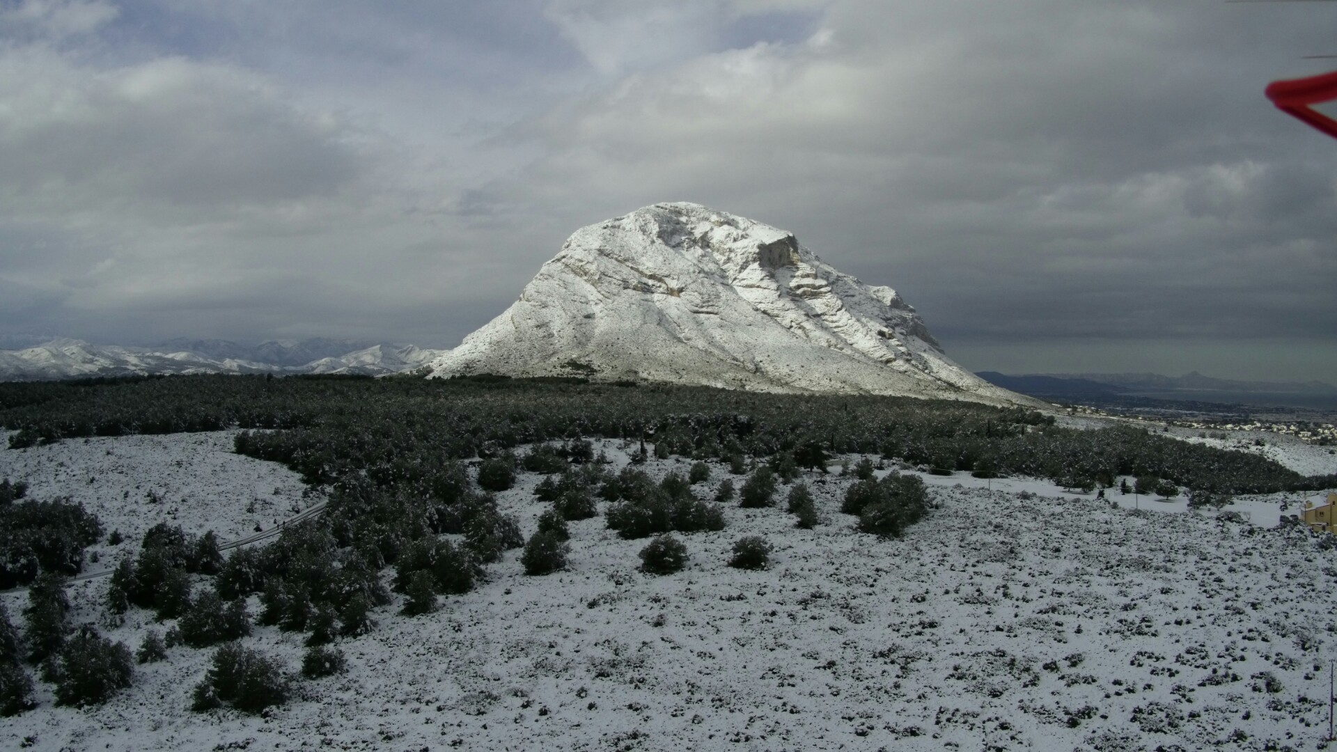 "Montgó nevat desde la ""PLana"" de Xàbia.albergxabiahostel.com"